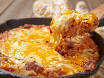 Pyszna zapiekanka z mięsa mielonego i ryżu z kapustą i pomidorami