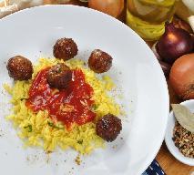 Drobiowe pulpety na żółtym ryżu - smaki Indonezji