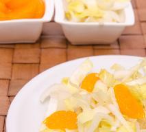 Surówka z cykorii, pomarańczy i jabłek ze śliwkami suszonymi: przepis na witaminową bombę!