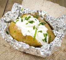 Ziemniaki pieczone w folii z kremem serowym: pomysł na jesienny obiad