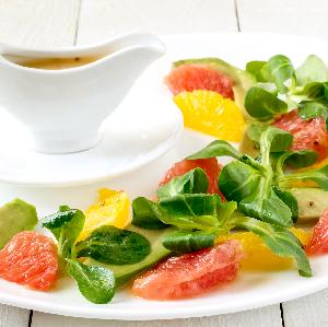 Jak zrobić sos francuski idealny do sałatek? Łatwy przepis
