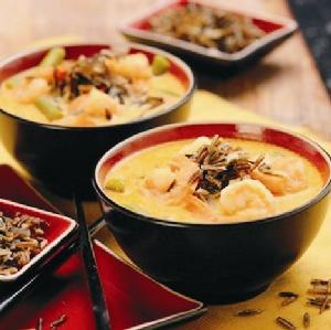 Tajska zupa kokosowa z dzikim ryżem i krewetkami