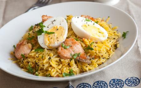 Sałatka ryżowa z jajkiem: prosta przekąska na imprezę, mecz [WIDEO]