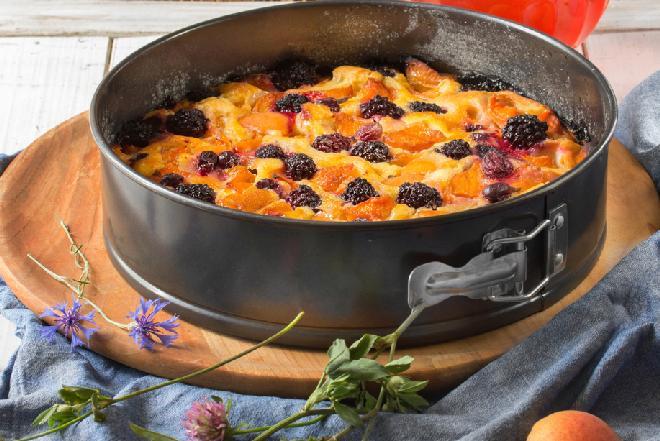 Ciasto na maślance z morelami i jeżynami: przepis na słodki deser