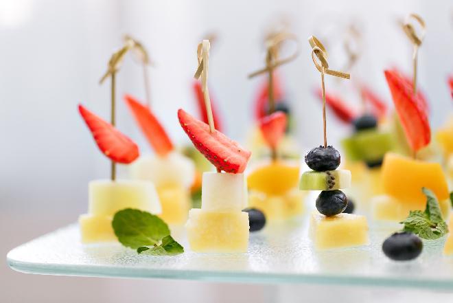 Lekka przekaska z truskawek i mozzarelli: przepis na truskawki na wytrawnie [QUIZ]