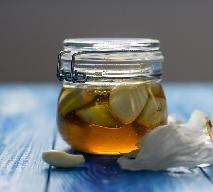Miód z czosnkiem: naturalny środek na odporność