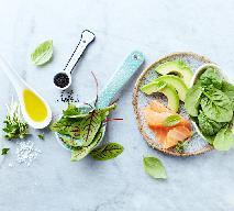Efektowna sałatka z krwistego szczawiu, łososia, awokado i  szpinaku - przepyszna i zdrowa