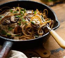 Chiński makaron z pieczarkami, miodem i sosem sojowym - pyszny obiad w kwadrans
