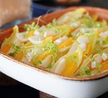 Sałatka z cykorii z owocami i serkiem camembert
