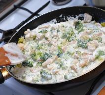 Kurczak w czosnkowym sosie śmietanowym z brokułami: przepis na pyszny keto obiad