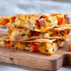 Tortilla lub naleśnik z jajecznicą i dodatkami: pyszny i lekki posiłek