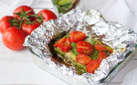 Tęczowy pstrąg pieczony w folii z pesto i pomidorkami: dla zdrowia, dla rodziny