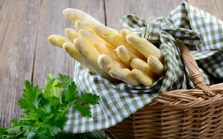 Gotowanie białych szparagów: 3 sposoby, jak perfekcyjnie ugotować szparagi białe