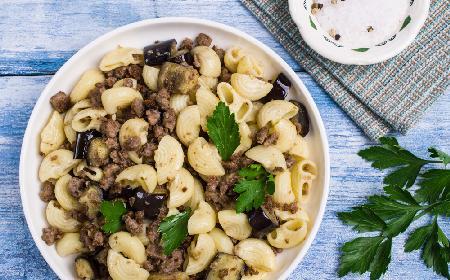 Makaron z białą kiełbasą i bakłażanem: jednogarnkowe danie w 15 minut