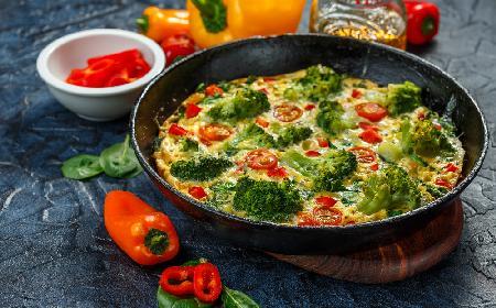 Dietetyczna patelnia z letnich warzyw: idealna na nocne napady głodu