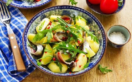 Wegetariańska sałatka cesarska z ziemniakami, anchois i tofu