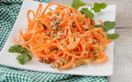 Surówka z marchewki z sosem czosnkowym: przepis na marchewkę po armeńsku
