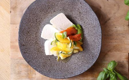 Teryna z białego sera i chrzanu z rzodkiewkowym pesto: przepis Agaty Wojdy