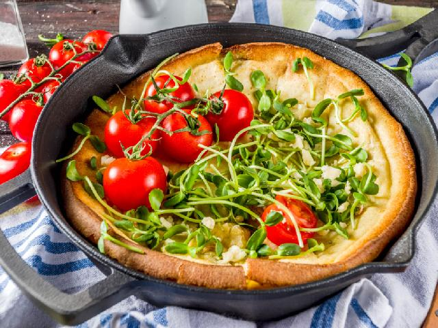 Ziołowy omlet grzybek z parmezanem w stylu hygge: przepis na wytrawny dutch baby