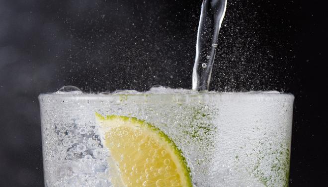 Woda gazowana z plasterkiem cytryny