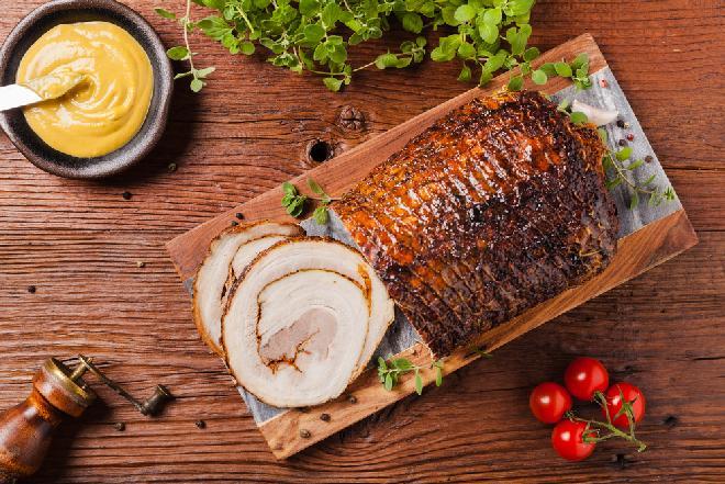 Pieczony boczek rolowany: domowa wędlina na kanapki