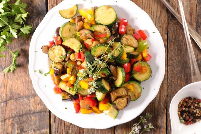 Pyszne warzywa pieczone: łatwa sałatka na ciepło z bakłażana, cukinii, papryki