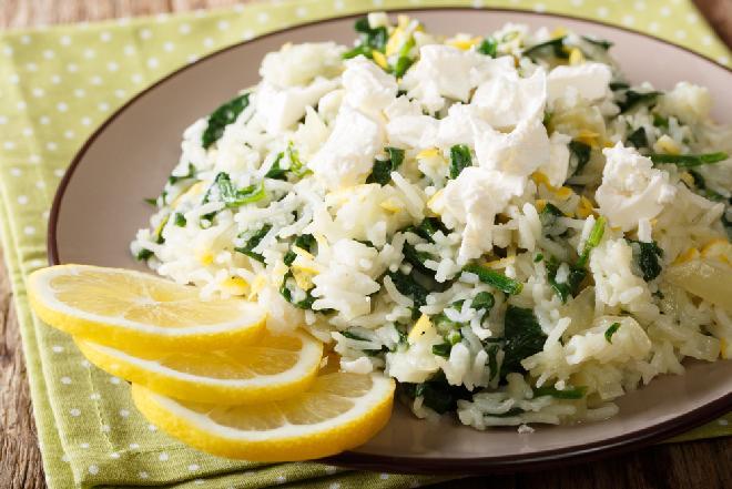 Cytrynowy ryż ze szpinakiem i serem feta: grecki przepis na sycące spanakorizo