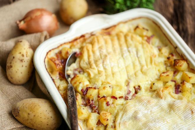 Francuska zapiekanka z ziemniaków i sera pleśniowego: pożywniejszej i smaczniejszej nie znajdziecie