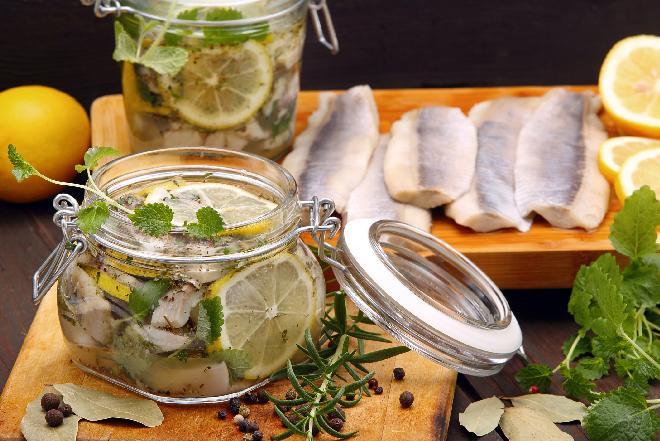 Śledzie z cytryną i ziołami: sprawdzony przepis [WIDEO]