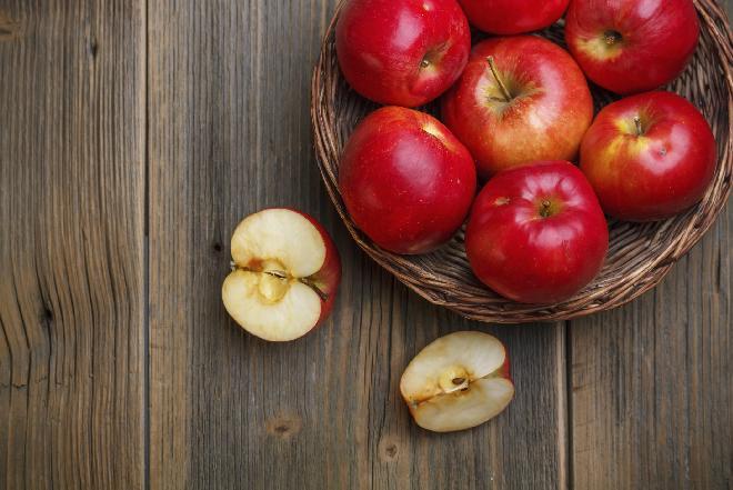 Jabłka zapieczone w cieście z sosem waniliowym: przepis na deser